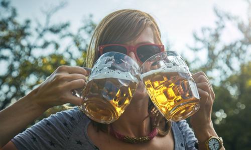 """CityGames Frankfurt: Mit unserer """"Biergrüßung"""" auch aus 2 Gläsern gleichzeitig trinken."""