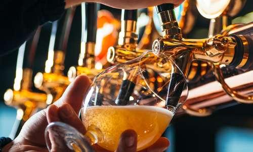 CityGames Frankfurt: JGA Männer mit Bier anstoßen