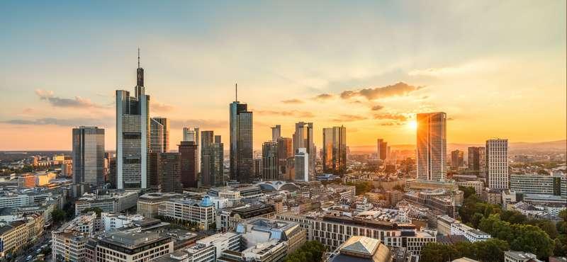CityGames JGA Männer Tour: Frankfurter Skyline bei Sonnenuntergang