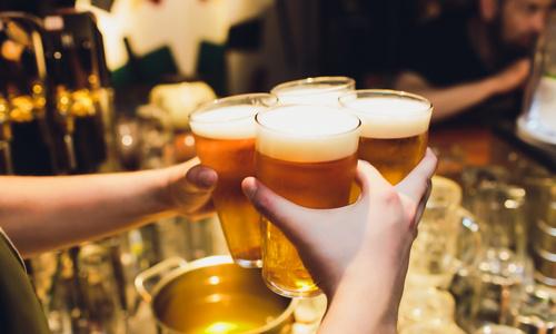 CityGames Frankfurt Party Tour: Barkeeper reicht 4 Gläser Bier